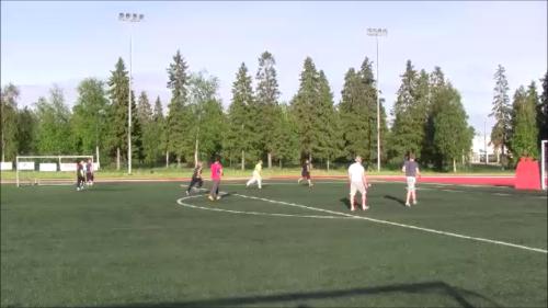 Jalkapallo kesäaikaan Keminmaan keskuskentällä, tekonurmella.